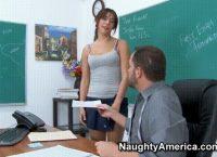 Elle Pousse Son Prof à La Baise